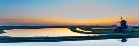 Голландская ветрянка во время захода солнца Стоковое Фото