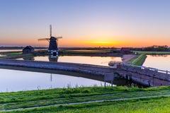 Голландская ветрянка во время захода солнца Стоковое Изображение RF