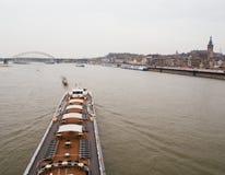 Голландская шлюпка канала около исторического города стоковые изображения