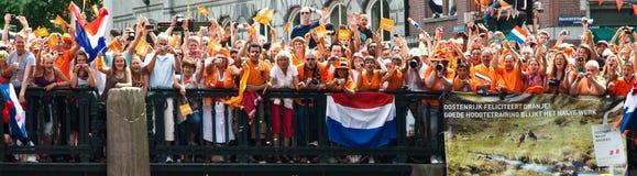 Голландские вентиляторы футбола идя шальна Стоковые Изображения RF