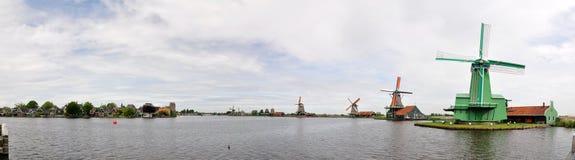 Голландские ветрянки и традиционные дома на реке Zaans в Zaanse Schans, Нидерландах Стоковая Фотография