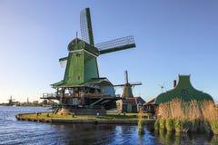Голландские ветрянки на реке Zaan в Zaanse Schans, Голландии, Нидерландах Стоковая Фотография
