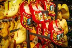 Голландские деревянные ботинки в сувенирном магазине Clog красного цвета и желтого цвета и Стоковые Фотографии RF