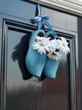 Голландские деревянные ботинки и цветки на двери Стоковая Фотография
