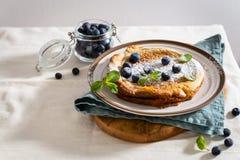 Голландский блинчик младенца служил со свежими ягодами и мятой скопируйте космос Завтрак, ресторан, концепция меню стоковое фото rf