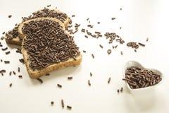 Голландский завтрак с hagelslag окликом хлеба и шоколада на белой таблице стоковая фотография