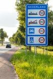 Голландский знак уличного движения скорости на границе стоковая фотография