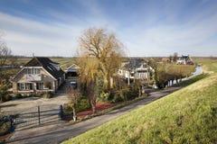 Голландский ландшафт польдера с фермой и некоторыми домами Стоковые Фото