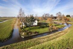 Голландский ландшафт польдера с фермой и некоторыми домами Стоковое Изображение