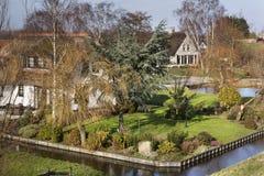 Голландский ландшафт польдера с фермой и некоторыми домами Стоковые Изображения RF