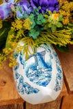 Голландский clog сувенира с покрашенной ветрянкой Стоковая Фотография RF