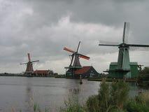 3 голландских ветрянки в ряд в Zaancity Стоковое фото RF