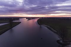 Голландское река с драматическим заходом солнца Стоковое Изображение RF
