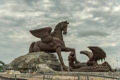 ГОЛЛИВУД, ФЛОРИДА - 30-ОЕ АПРЕЛЯ 2015: Скульптура в Майами Пегас и дракон высотой в фут статуя 100 Пегаса нанося поражение drago Стоковые Изображения