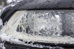 Голова автомобиля конца-вверх покрытая с льдом от холода Стоковая Фотография