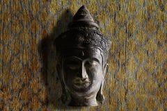 Голова Будды старого grunge старая винтажная латунная на предпосылке grunge винтажной деревянной Стоковые Фотографии RF
