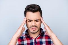 Голова взрывает, сильная мигрень Борясь красивый молодой человек Стоковое Изображение RF