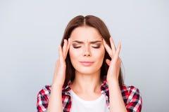 Голова взрывает, сильная мигрень Ла бороться красивое молодое Стоковая Фотография RF