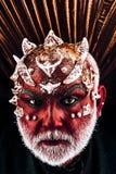 Голова демона с терниями на стороне появляясь от темноты, концепции организованной преступности Злий изверг с красный носить кожи стоковое фото