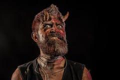 Голова демона хеллоуина со страшными глазами и кровопролитные рожки стоковая фотография