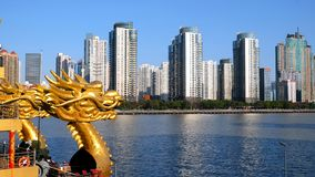 Голова дракона со зданиями стоковое фото rf