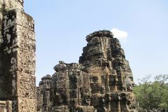 Голова Камбоджи Angkor Wat Bayon Каменная сторона бога поверх Angkor Thom стоковое фото
