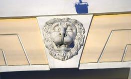 Голова льва на стене Achitecture Санкт-Петербурга, России Стоковая Фотография