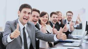 Голова нового финансового проекта и дело объединяются в команду на meeti стоковое изображение