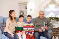 Голова семьи, отца и супруга распределяет пари семейного бюджета Стоковые Изображения RF