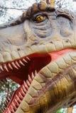 Голова Tyrannosaur - робототехнический экспонат динозавра Профилируйте сторону остр-toothed захватнического конца-вверх динозавра Стоковая Фотография
