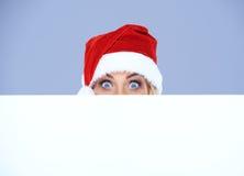 Головка женщины с шлемом Санта над белой доской Стоковая Фотография RF