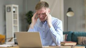 Головная боль, бизнесмен в напряжении на работе сток-видео