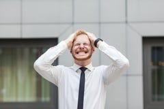 Головная боль Голова бизнесмена касающая и имеет мигрень Стоковые Фотографии RF