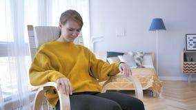 Головная боль, женщина времени расстроенная сидя на вскользь стуле видеоматериал