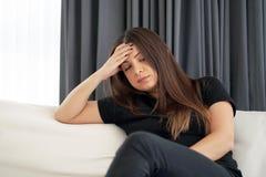 Головная боль женщины Девушка сжимает ее голову стоковая фотография