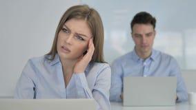 Головная боль, молодая коммерсантка в стрессе на работе