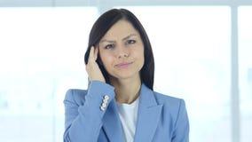 Головная боль, расстроенная напряженная молодая женщина в офисе акции видеоматериалы