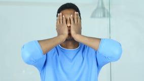 Головная боль, расстроенный напряженный молодой Афро-американский человек держа его голову сток-видео