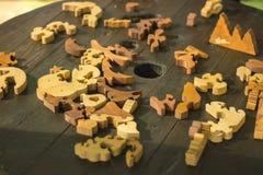 головоломки разбросали коричневую бумагу на поле деревянных планок Стоковые Изображения RF