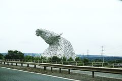 Головы лошади видимые издалека, кэльпи около Falkirk в Шотландии, Великобритании Стоковые Изображения