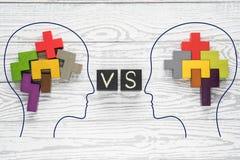 Головы 2 людей с красочными формами абстрактного мозга для концепции идеи и сыгранности 2 люд с различной мыслью стоковая фотография
