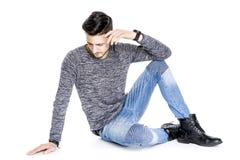 Головы молодой человек вниз - заботливый стоковое изображение