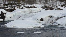 Голодает пропуская водопад весной с снегом и плавит воду, графство maalselv видеоматериал