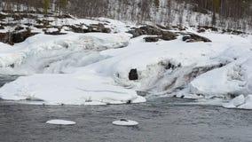 Голодает пропуская водопад весной с снегом и плавит воду, графство maalselv акции видеоматериалы