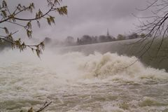 Голодает упаденная речная вода с пеной и туманом Стоковая Фотография RF
