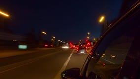 Голодайте управляющ автомобилем на дороге ночи, промежутке времени акции видеоматериалы