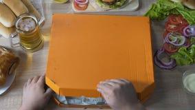 Голодная коробка отверстия человека пиццы и считать ее пустой, момент пойти на диету видеоматериал