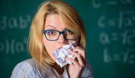 Голодно для знания Она подготавливает для еды ее обработки документов Учитель ест кусок бумаги с вылтинной из строя ошибкой женщи стоковые фото