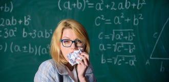 Голодно для знания Учитель готовый для еды ее обработки документов Учитель ест кусок бумаги поглощает информацию Учитель женщины стоковая фотография