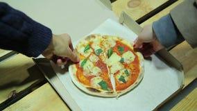 Голодные друзья принимая части малой пиццы приятельство справедливость Вкусная еда видеоматериал